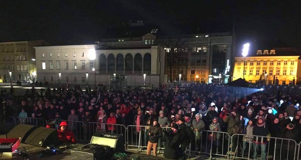Yesterday evening a crowd of around 300 people gathered on pl. Wolności for a concert organised in the name of openness and tolerance.
